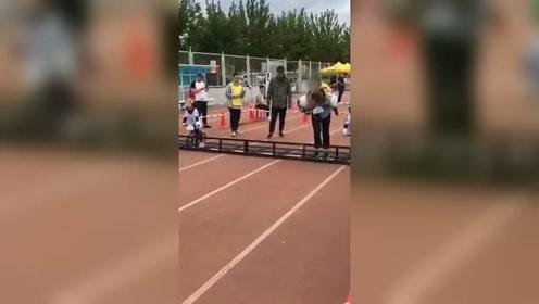 孩子发烧放弃比赛 妈妈背着跑过终点