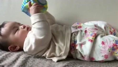 小宝宝睡醒后自己躺着玩玩具,不哭不闹也不找妈妈,太可爱了!