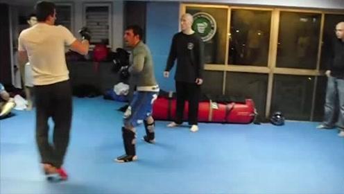 国外咏春小伙挑战MMA拳手,架势看着挺像样,结果被爆揍了一顿