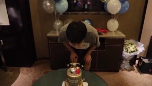 王凯过生日遭朋友整蛊 吹不灭蜡烛一脸惊恐