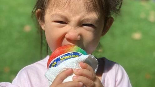 陈冠希晒女儿大口吃冰淇淋,Alaia五官秀气,颜值越来越高