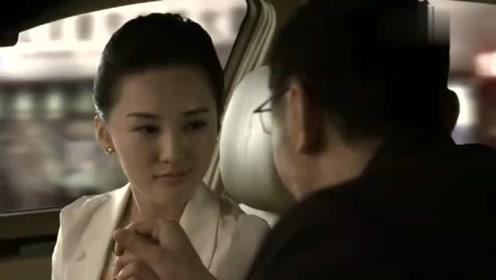 男子开着车,还不自觉拉起美女的手