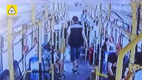 巨款遗失公交车,大爷吓的腿都软了,司机归还不要报酬
