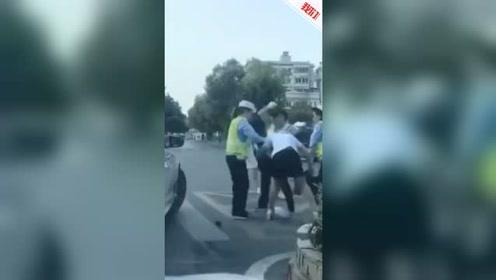 滁州一女子与女警发生冲突被猛锤 官方:她不服管还厮打民警