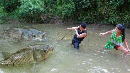 荒野求生:用藤条制作捕鱼陷阱,技多不压身这下有烤鱼吃了