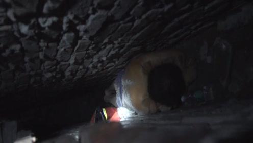 男子追赶自家母鸡被卡墙缝 消防深夜凿墙救人