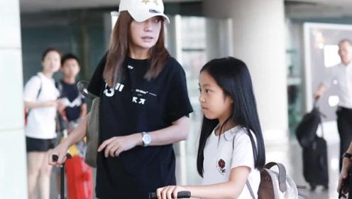 43岁赵薇和女儿现身机场 小四月就是小小燕子