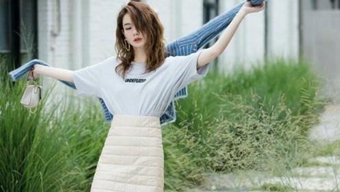如何做到清爽又时尚?戚薇早秋风穿搭,T恤、针织衫、羽绒裙一身穿三季,信息量太大