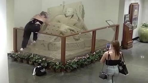 夏威夷两女游客破坏酒店内精美沙雕:一人把头砸掉另一人拍摄
