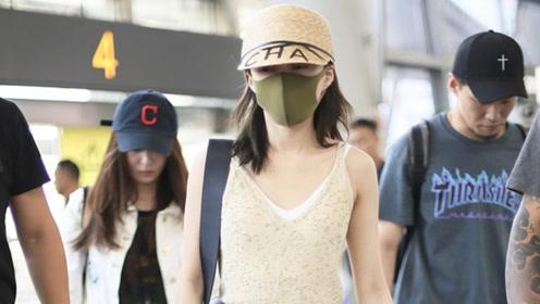 张韶涵穿吊带衫大秀A4腰,清爽装扮现身机场