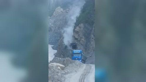 悬崖峭壁上的公路,这些货车司机胆子真大!