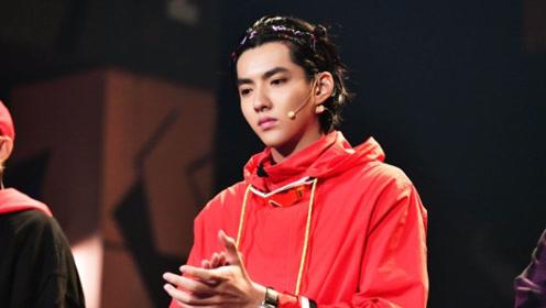 吴亦凡哪吒彩色编发时尚不失可爱 身穿红衣活力十足
