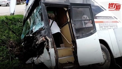 泰国旅游大巴出车祸侧翻路旁 车内载有19名中国游客