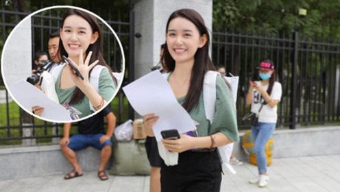 蒋依依中戏报到开启大学生活 憧憬学校食堂期待集体生活