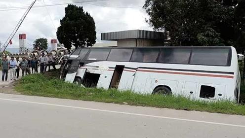 载19名中国游客大巴在泰国清迈撞车侧翻,1人死亡1人受重伤
