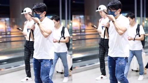 奶爸吴奇隆戴黑框眼镜现身机场 一路发语音手臂肌肉瞩目