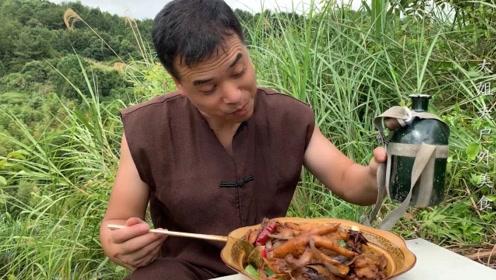 小伙抓野鸡,做了一锅特制大盘鸡,香辣下酒真解馋,就是太费酒了