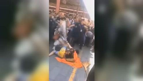 """北京潘家园旧货市场两""""大王""""打架二人已被警方带走"""