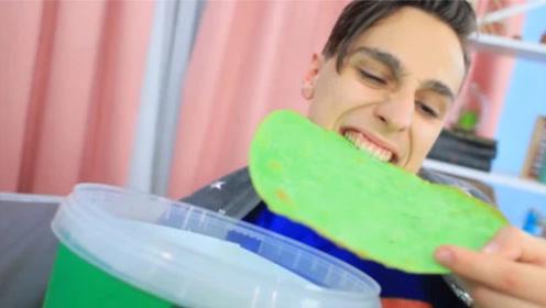小伙自制比脸还大的绿色薯片,咬下瞬间,脸都绿了