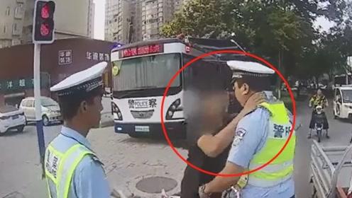 骑电车逆行被查,被口头教育亳州男子一记锁喉推倒交警