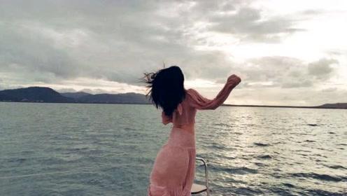 李沁粉色透视上衣露纤细蛮腰 捂嘴甜笑头发飞舞很唯美