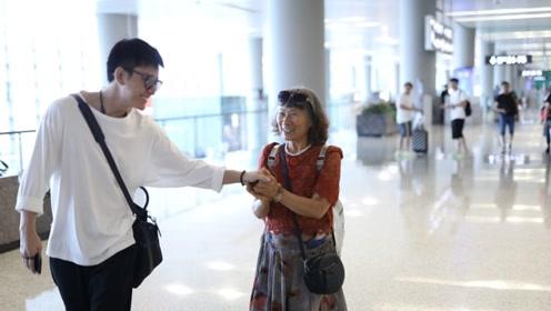 """遭遇最强迷妹!贾乃亮与阿姨粉握手竟""""难舍难分"""""""