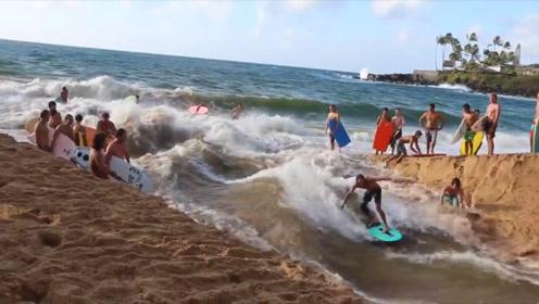 挖坑的最高境界,老外将海滩挖空去冲浪,网友:有没有想下后果?