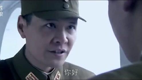 团长发现了混入指挥部的间谍,趁其不备用日语问候,他果然暴露!
