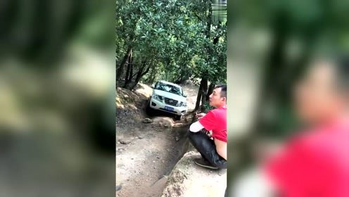 本想看这车怎么爬上去,结果下一秒害我捏了一把汗!