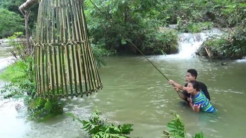 夫妻俩双手一松,鱼儿就被卡在了竹篓里
