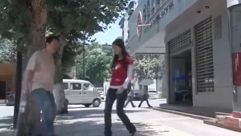 美女从银行出来,就遇上劫匪拦路抢劫谁知美女会武功,劫匪惨了!