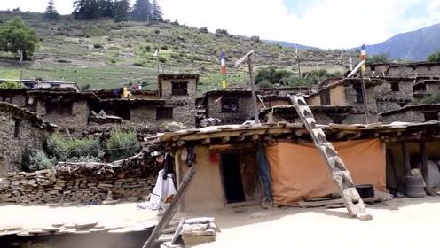 看看尼泊尔山区农村人住什么房子?中国小伙第一次见!