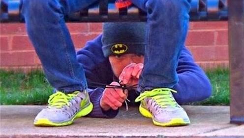 老外街头恶搞,将路人鞋带绑起来,网友:没少挨打吧?