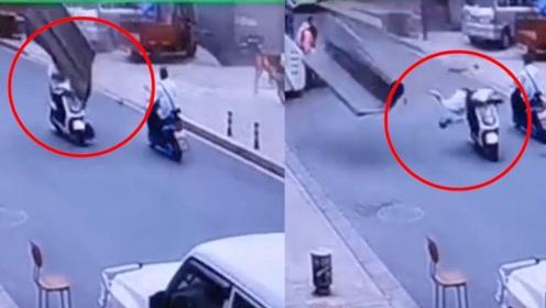 云南楚雄一液化气罐装站发生爆炸 一男子骑车路过瞬间被打倒