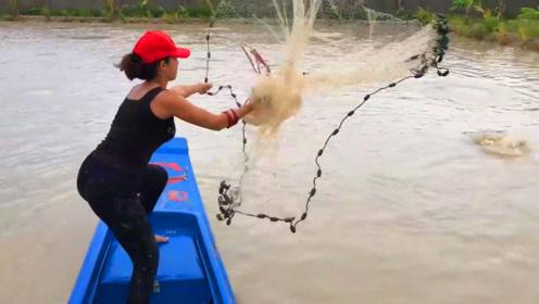 农村女孩划船撒网捕鱼,拉上渔网后,场面火了