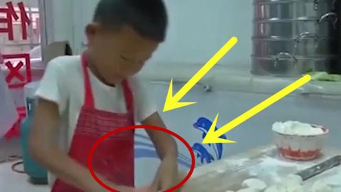 七岁男孩擀面皮3秒一张,半天就能擀500张,真是从娃娃抓起!