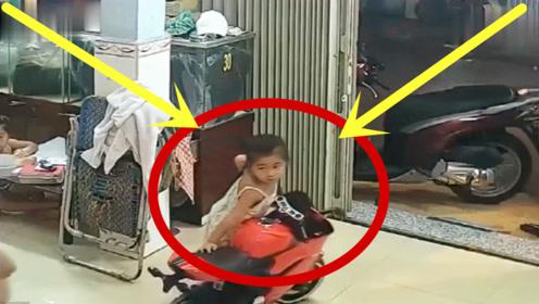 小女孩正在家里玩耍,妈妈夺门而出,父亲回看监控彻底怒了!