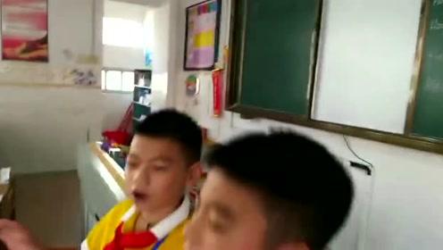 学生唱歌庆祝教师节