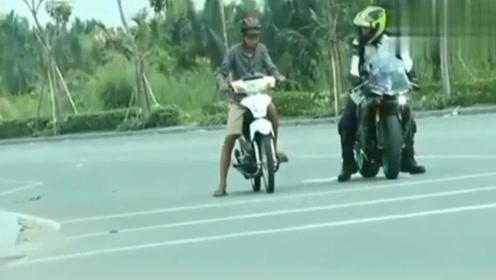 老外骑踏板摩托路遇雅马哈,竟轰油门挑衅,网友:你是来搞笑的?
