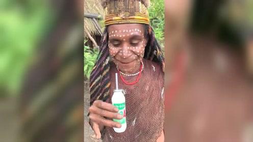非洲原始人第一次喝牛奶,喝完竖起大拇指说好!她脸上是粉底液吗