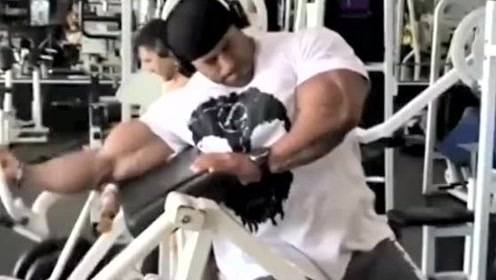 """巴西""""业余肌肉魔王""""!一天吃20斤食物,坚持每天撸铁2小时"""