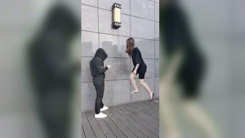 东西太高够不到,姑娘踩楼梯帮我拿!等她走后我才发现根本没楼梯