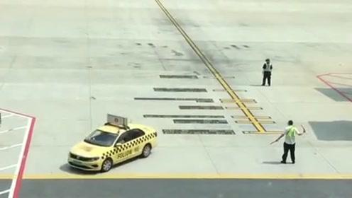 飞机到机场停机,还需要小车引路及专人指挥,长见识了!