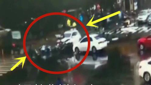 轿车冲入非机动车道,造成5人受伤及多车损坏,画面惨不忍睹!