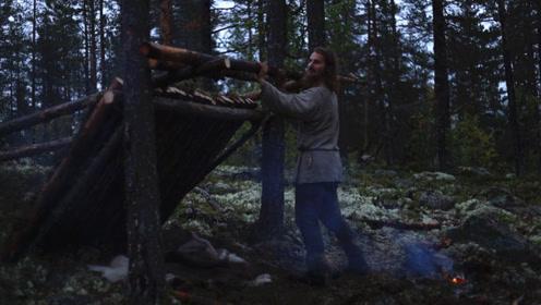 流浪小哥丛林生存,搭建实木庇护所,生堆篝火烤肉吃!