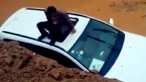 实拍:泥石流中3辆小车被困 司机爬天窗逃生