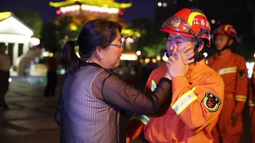 母亲中秋千里探望 消防员儿子竟一动不动?他在等命令 泪奔!