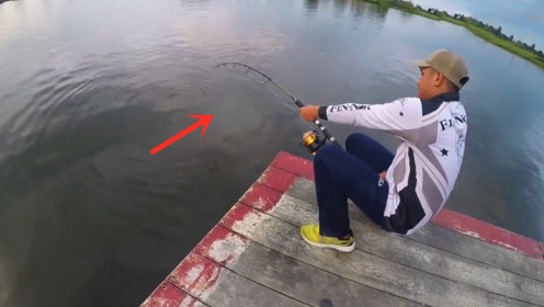 男子抱起大鱼那一刻,一切都觉得值了!