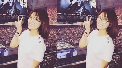 林心如现身郭富城演唱会,齐肩发配金丝眼镜嫩得像小姑娘