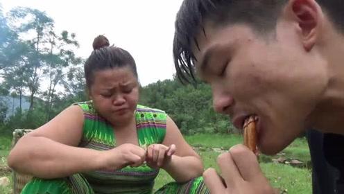 荒野美食:大嫂户外徒手抓螃蟹,鸡肉味嘎嘣脆吃的满嘴流油